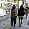 日本女生都不怕冷的!!!而且靴套好流行