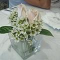 桌上的擺示是真的新鮮玫瑰