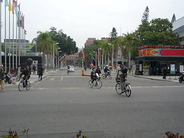 Step3.延大學路直走約兩分鐘可在左手邊看見光復校區正門