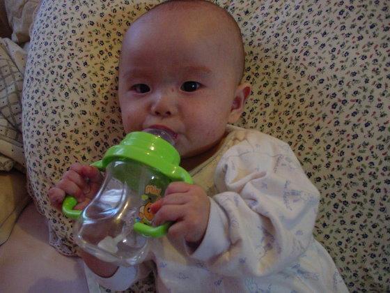 喝個水吧~(五個月大)