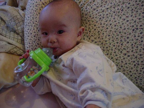 喝水~2(五個月大)