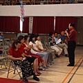 校長一一對著老師們唱歌祝福...