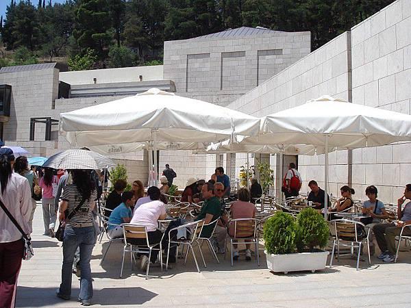 博物館旁的露天咖啡座