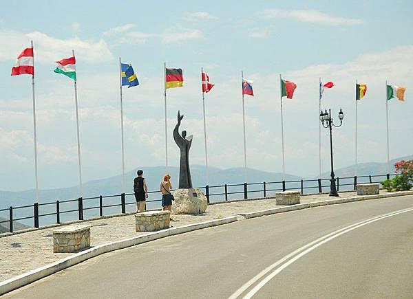 飄揚中的各國旗子