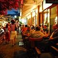 沿著人行道排列的露天餐桌