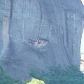山腰上掛滿衣物的岩洞