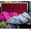 堆滿衣服及行李的座位  @@