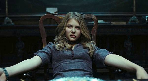 chloe-moretz-as-carolyn-stoddard-in-dark