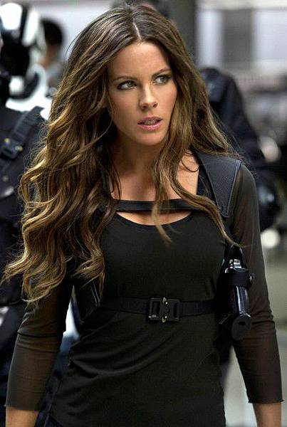 Kate-Beckinsale-in-Total-Recall-3-436x650