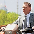 Daniel-Craig-in-SKYFALL-wearing-OMEGA-Seamaster-2