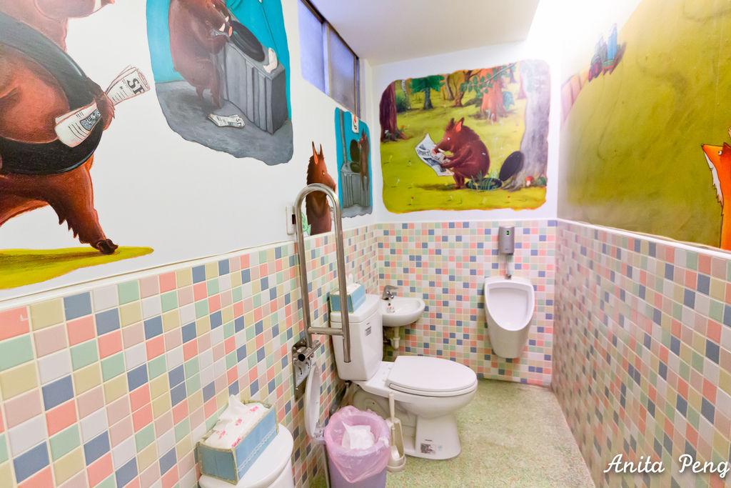 乾淨舒爽明亮的親子餐廳廁所