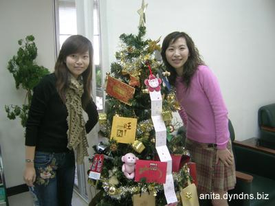 和NICO在公司的耶誕樹前