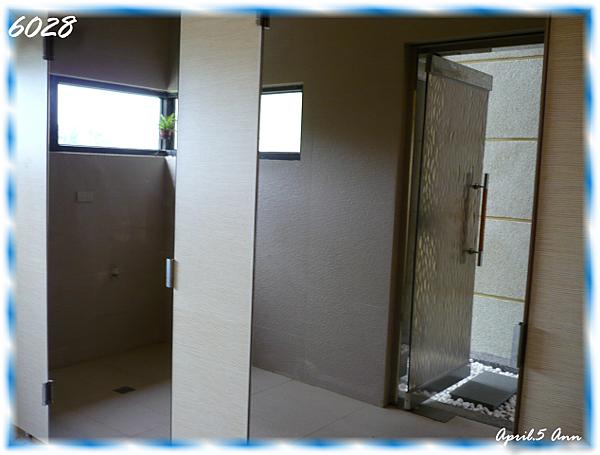 洗手間…門是全面鏡~