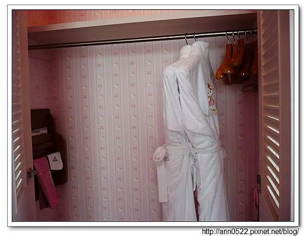 衣櫃跟浴袍