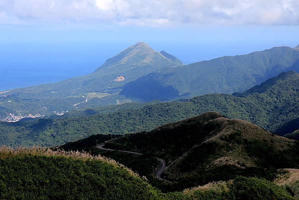 遠方的山頭是九份基隆山