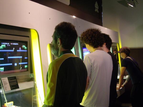 與朋友一同前來打遊戲機