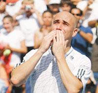 職業生涯最後一場球賽結束後,阿格西熱淚向所有觀眾敬意