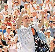 最後要離開球場了,結束他在溫布敦的網球職業生涯