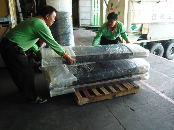 工作人員小心放置木板