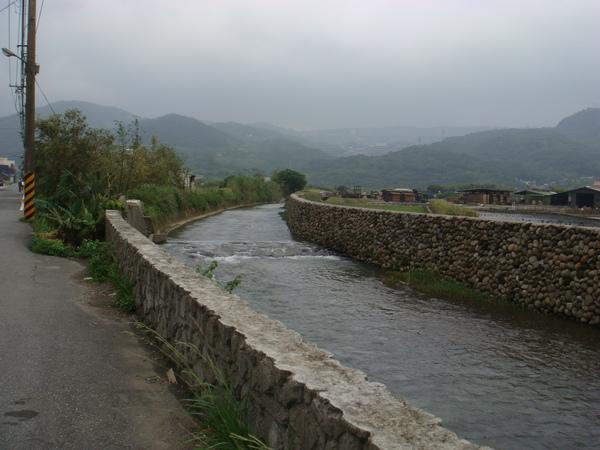 這是灌溉的溝渠....JPG