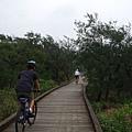 緊接著是濱海的木棧道...寧靜休閒....JPG