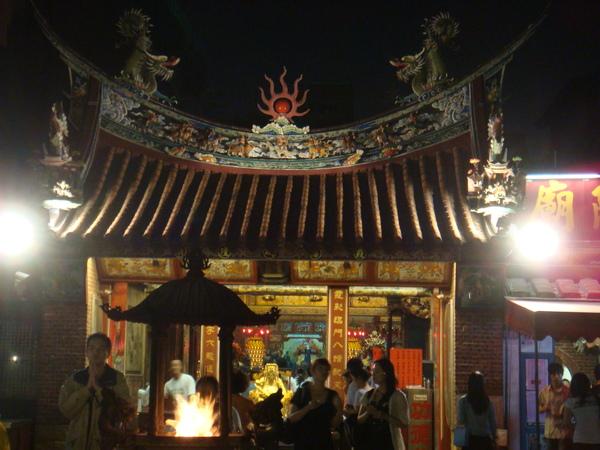 旁邊就是霞海城隍廟,跟月老打聲招呼,提醒了一下他老人家別忘了我....JPG
