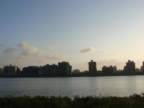 最喜歡騎車的時間是近黃昏的時候,因為可以享受美麗的夕陽....JPG