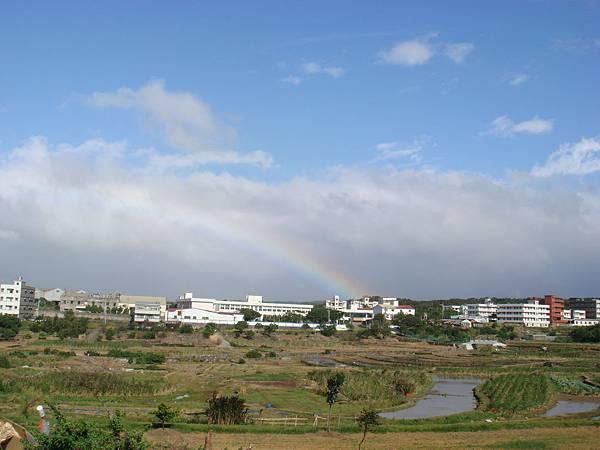 05 靜靜坐落在田園上方的彩虹....JPG