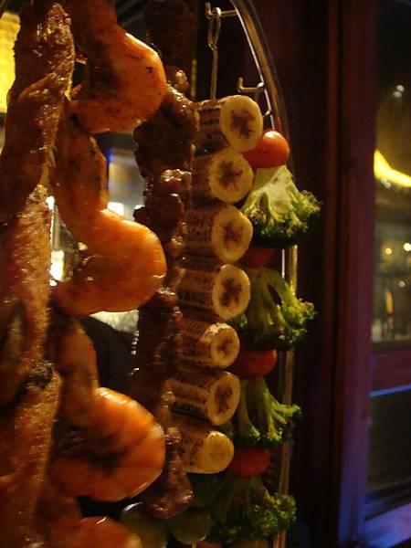 06特別的烤肉串  讓人食指大動.JPG