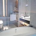 艾美酒店-從房間往浴室看
