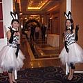 接待客人~小芬和秋菊化身美麗兔女郎
