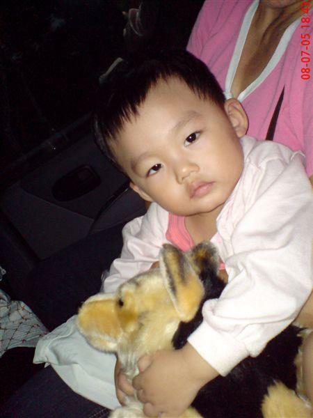 阿聞抱著他喜愛的小狼狗快睡著了!