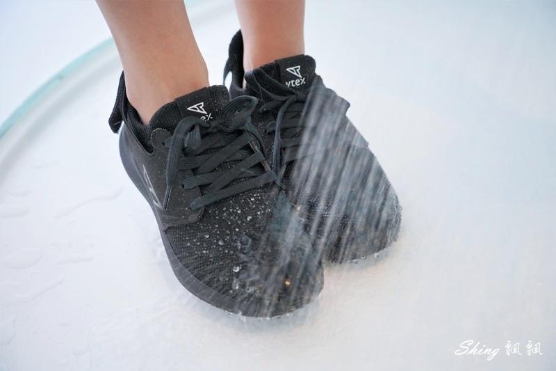 vtex防水鞋-輕量防水鞋推薦新款hello黑色穿搭 21.JPG