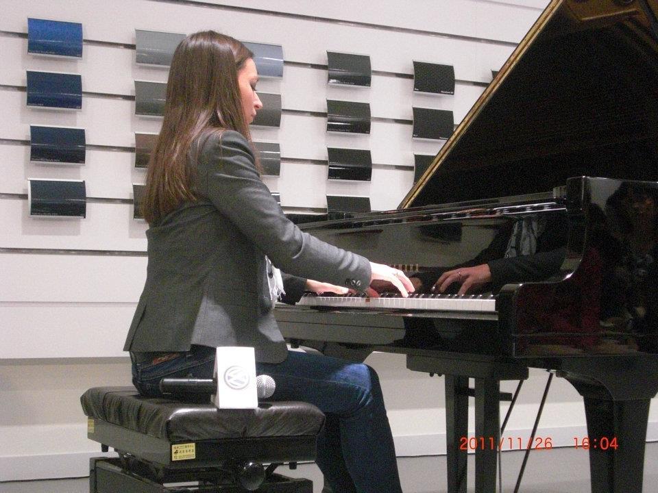 正在彈琴的阿芙蒂娃.jpg