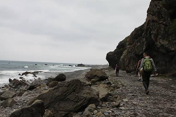 巨石下的行走