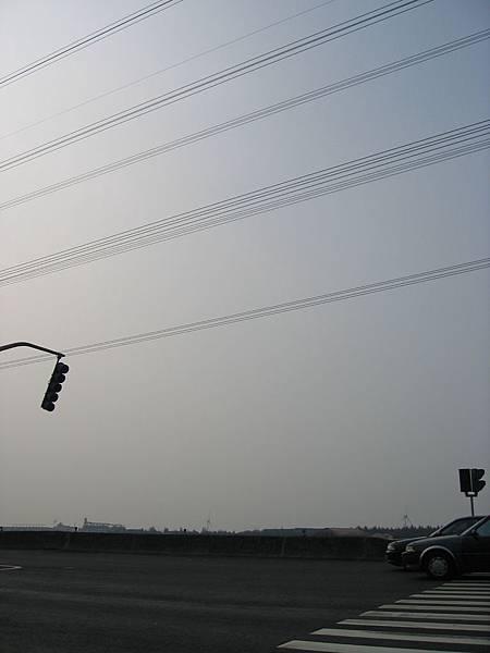 """往台中港路上的""""直立""""型紅綠燈~我好愛這張"""