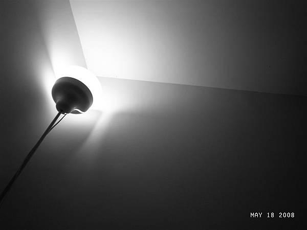 房間的燈~黑白的