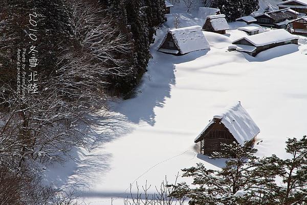 特寫冬日無人跡的合掌造
