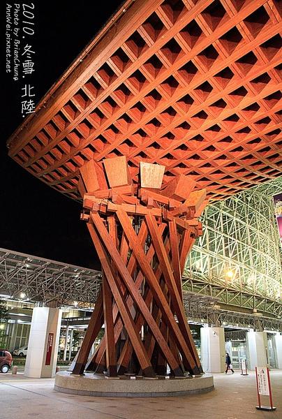 木造紅色大門