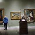 藝廊裡的老夫婦