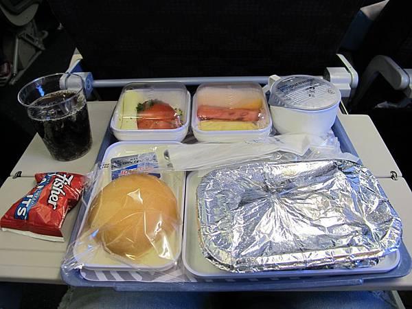 我們期待的飛機餐來了~~再不來都要餓死XD