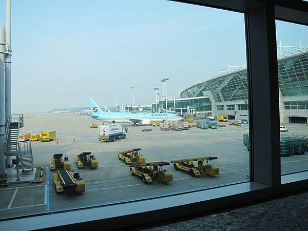 這個環形機場~是比台灣美多了沒錯~