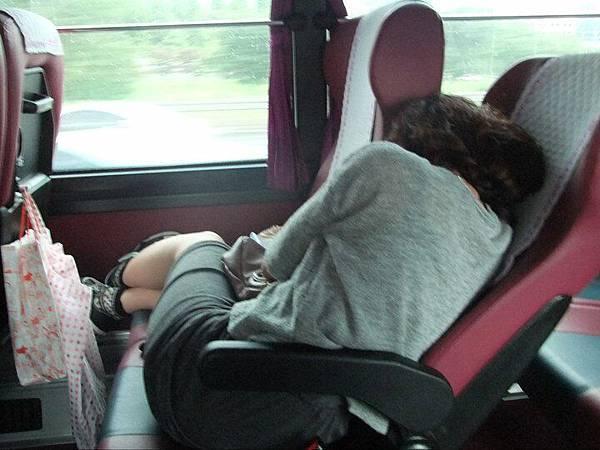 仍然上車一直睡的小新妞