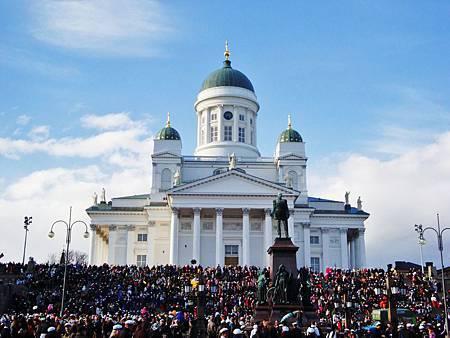議會廣場上大教堂階梯佈滿人群的難得畫面,白點點是帽子