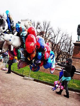 大風中不聽使喚的氣球們