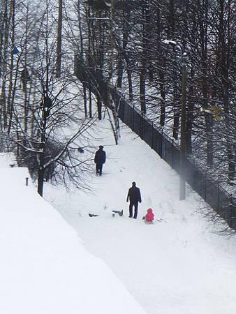 冬天小孩的基本配備是雪橇