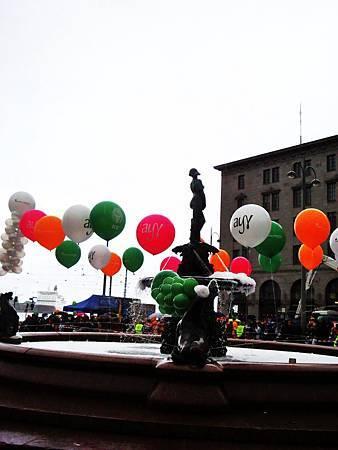 因為下雨變得陰暗的下午幸好有氣球提醒了大家這是個歡樂的節慶