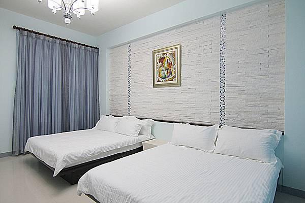 白色簡約4人房