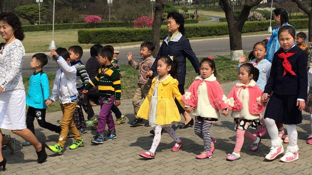 北韓的1%,穿著光鮮亮麗的小孩們去參拜金老大金老二的雕像,才七八歲的年紀,臉上的妝容整齊地讓我很驚嚇.jpg
