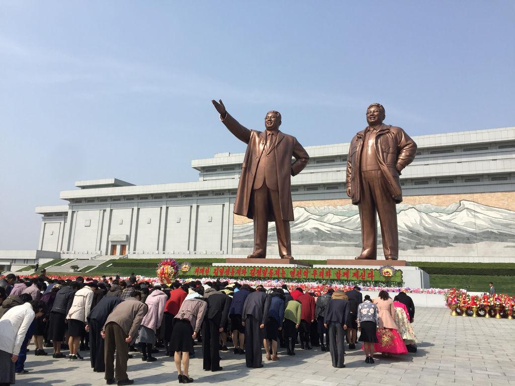 金氏老大老二的雕像,整齊劃一的鞠躬致敬,第一天就被這麼萬佛朝宗的景象震懾。.jpg